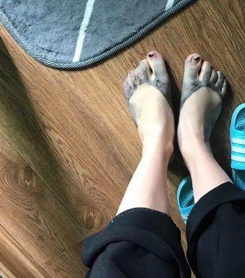 Nhưng khi tháo giày ra thì chân đã được nhuộm màu.