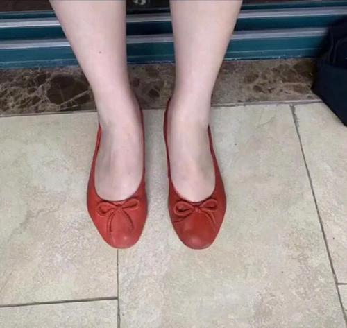 Mua đôi giày màu gạch online...