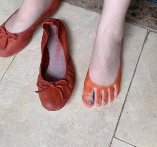... nhưng khi tháo giày ra thì được tặng đôi tất miễn phí.