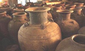 Bộ sưu tập bình rượu trăm tuổi của già làng ở Bình Phước