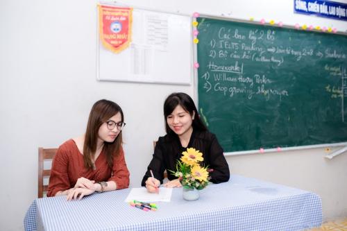 Cô Thùy Trang (áo đen) - giáo viên đang giảng dạy IELTS tại trung tâm Ngoại ngữ Trang Nguyễn (TP HCM).
