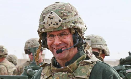 Esper tới thăm một đơn vị lính dù Mỹ năm 2017. Ảnh: Lục quân Mỹ.