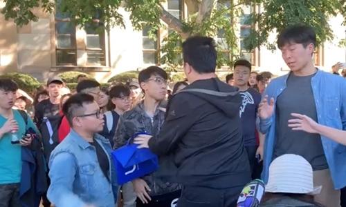 Tranh chấp giữa nhóm sinh viên Trung Quốc đại lục và những sinh viên ủng hộ cuộc biểu tình dân chủ tại Hong Kong trong khuôn viên đại học Queensland. Ảnh: Twitter.