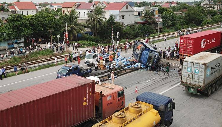 Hiện trườngvụ tai nạn khiến 5 người chết trên quốc lộ 5 sáng 23/7. Ảnh: Giang Chinh