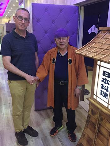Đại sứ Anh tại Triều TiênColin Crooks (trái) vàđầu bếpKenji Fujimoto tại nhà hàng của ông ở thủ đô Bình Nhưỡng.