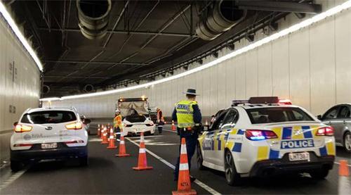 Siêu xe nằm chắn ở làn giữa trong đường hầm 3 làn đường và gây tắc nghẽn nhiều cây số. Ảnh: RNZ