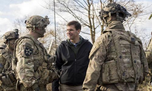 Esper (áo đen) thăm binh sĩ Mỹ tại châu Âu khi còn làm Bộ trưởng Lục quân. Ảnh: US Army.