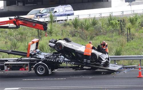 Siêu xe McLaren lật ngửa trong một buổi lái thử năm 2017. Ảnh: RNZ