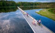 Đường xe đạp dài 200 m xuyên qua giữa lòng hồ nước