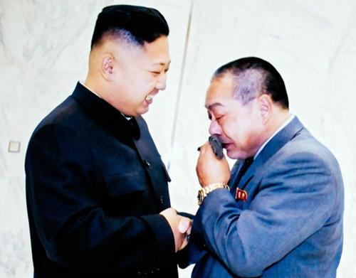 Đầu bếp người Nhật Kenji Fujimoto xúc động khi hội ngộ lãnh đạo Triều Tiên Kim Jong-un tại Bình Nhưỡng năm 2012. Ảnh: Washington Post