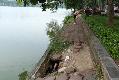 Một số đoạn đất sụt lún tạo thành hố sâu. Ảnh: Tất Định