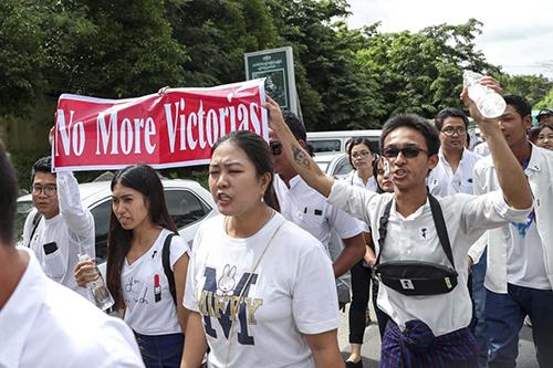 Hàng nghìn người tổ chức tuần hành trên khắp Myanmar kêu gọi công lý cho Victoria. Ảnh: AFP