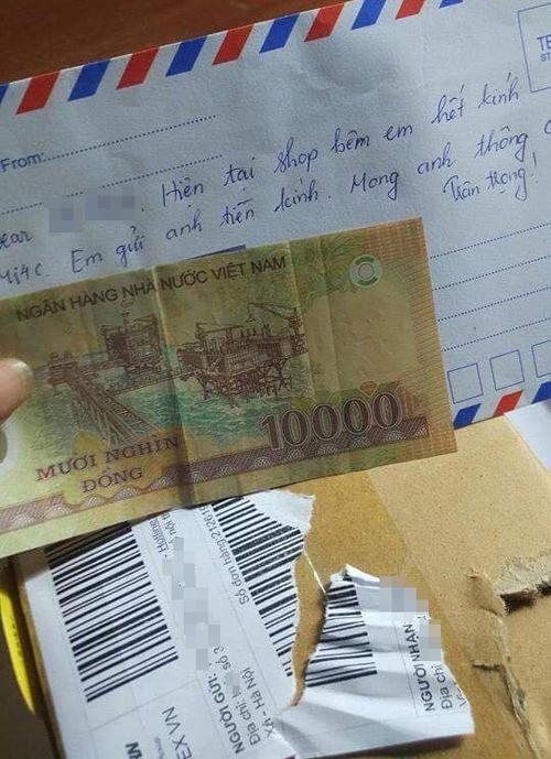 Người mua nhận lại phong bì với tờ 10 nghìn bên trong.