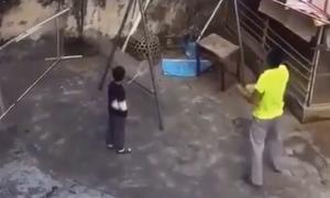 Ông bố dùng 'IQ vô cực' chơi cầu lông cùng hàng xóm