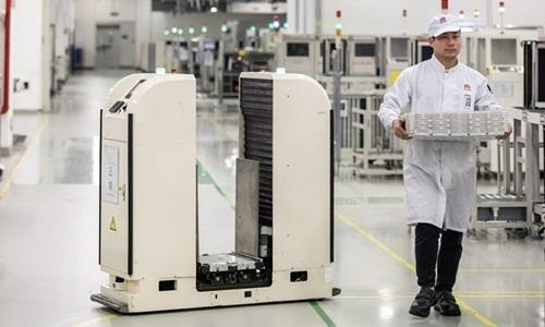 Một cơ sở sản xuất điện thoại của Huawei tại Đông Hoản, Quảng Đông, Trung Quốc. Ảnh: Reuters.