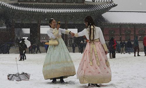 Hai cô gái chụp ảnh tại hoàng cung ở Seoul. Ảnh: AP