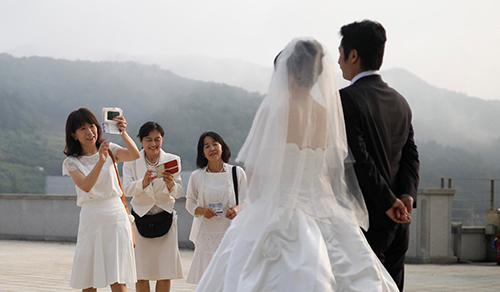 Cô dâu chú rể trong một đám cưới ở Hàn Quốc. Ảnh: Reuters