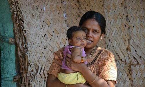 Người phụ nữ Ấn Độ cùng đứa con gái nhỏ. Ảnh: Newsgram