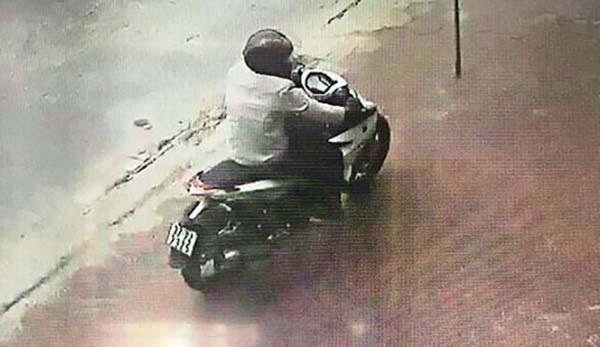 Hình ảnh tên cướp di chuyển trên đường gần trụ sở ngân hàng bị camera an ninh ghi lại. Ảnh chụp màn hình.