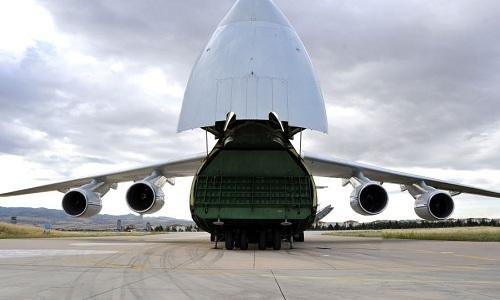 Vận tải cơ Nga chở lô thiết bị đầu tiên của S-400 đáp xuống sân bay Thổ Nhĩ Kỳ ngày 12/7. Ảnh: Sputnik.