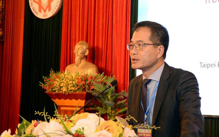 GS. Hsu Hui Huang trình bày báo cáo tham luận Trí tuệ nhân tạo: Từ khái niệm tới thực tiễn ứng dụng tại Đài Loan và những hàm ý cho các quốc gia ASEAN tại Đại học Kinh tế Quốc dân.