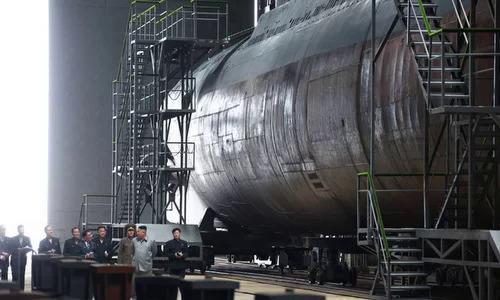Kim Jong-un (áo xám) thị sát tàu ngầm hôm 22/7. Ảnh: KCNA.