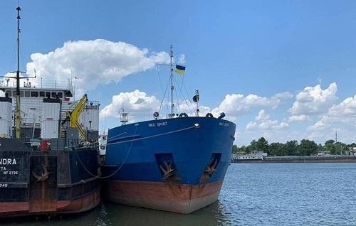 Tàu dầu Nika Spirit (sơn xanh) của Nga bị giữ tại cảng Izmail, Ukraine hôm 25/7. Ảnh: Reuters.