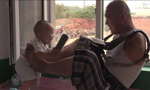 Người chồng không tay ở Trung Quốc chăm con 10 tháng thay vợ