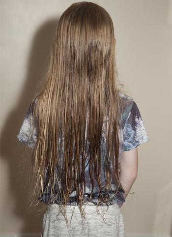 Mái tóc dài của Alfie. Ảnh: Mirror