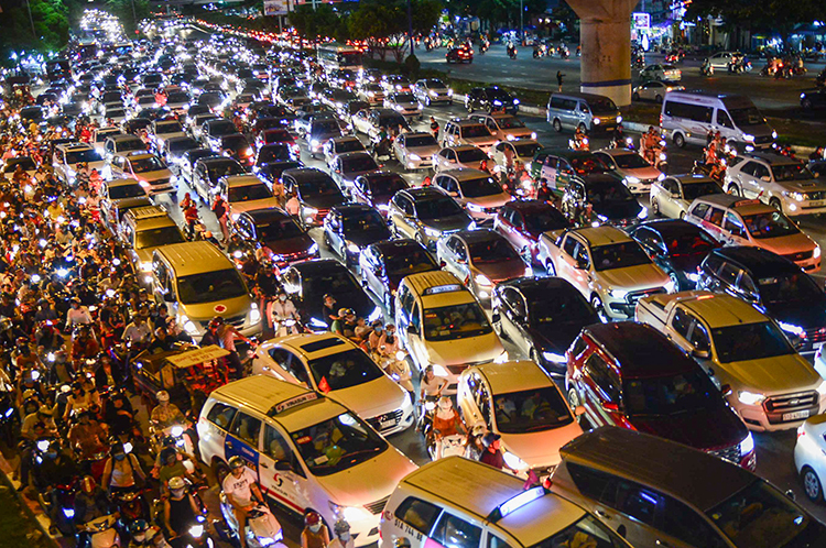 Ôtô chiếm nhiều diện tích mặt đường nhưng vận chuyển được ít người. Ảnh: Quỳnh Trần.