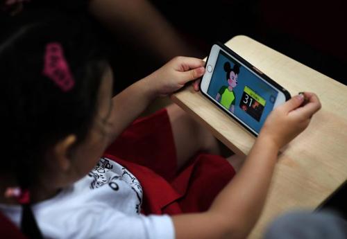 Trẻ con xem Youtube tiềm ẩn nhiều nguy hiểm. Ảnh:straitstimes