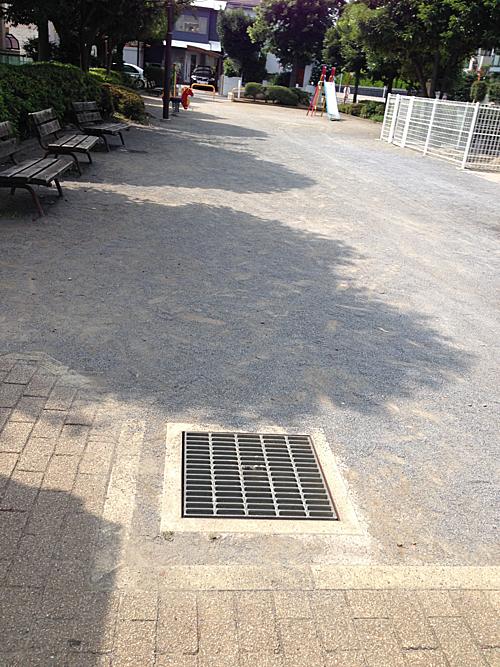 Miệng hộp thẩm thấu và dự trữ nước mưa lắp ở công viên