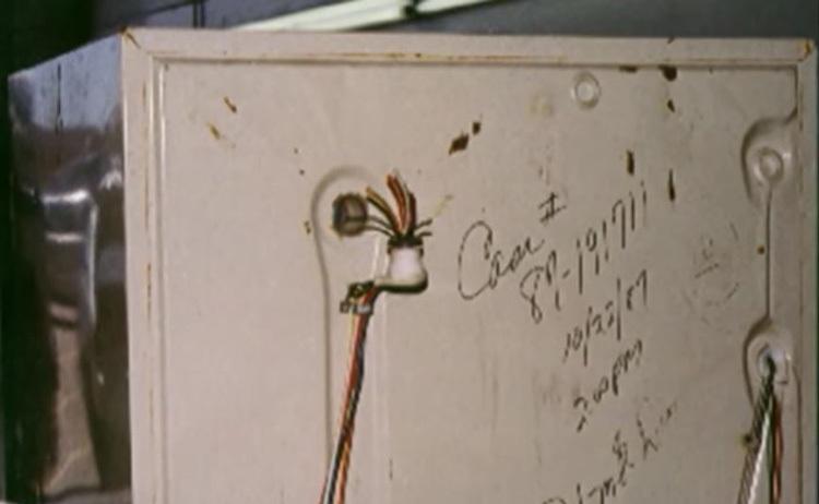 Chuyên viên pháp y tìm thấy mẫu mô người trong phần dây điện đằng sau tủ lạnh.