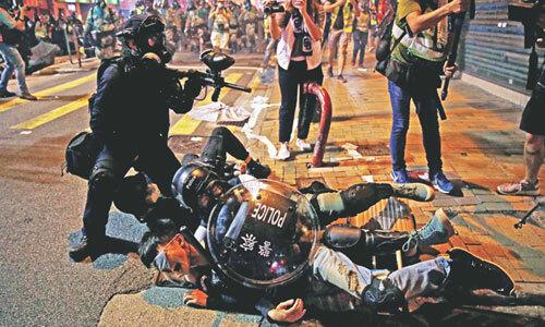 Người biểu tình Hong Kong tuần hành trên đường phố hôm 28/7. Ảnh: AFP.