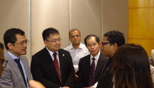 Quốc vụ khanh Bộ Bưu chính, Viễn thông và Công nghệ Thông tin Bangladesh Zunaid Ahmed Palak trao đổi với đoàn lãnh đạo FPT và FUNiX bên lề hội thảo.