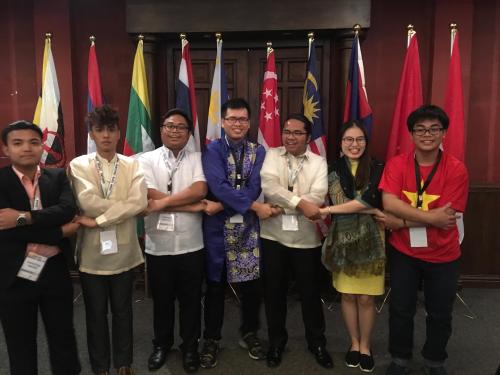 Lai Lâm Minh Khoa (ngoài cùng bên phải) tham gia Asean Youth Engagement Summit (Hội nghị Liên kết thanh niên Đông Nam Á - AYES) 2017 ở Phillippines.
