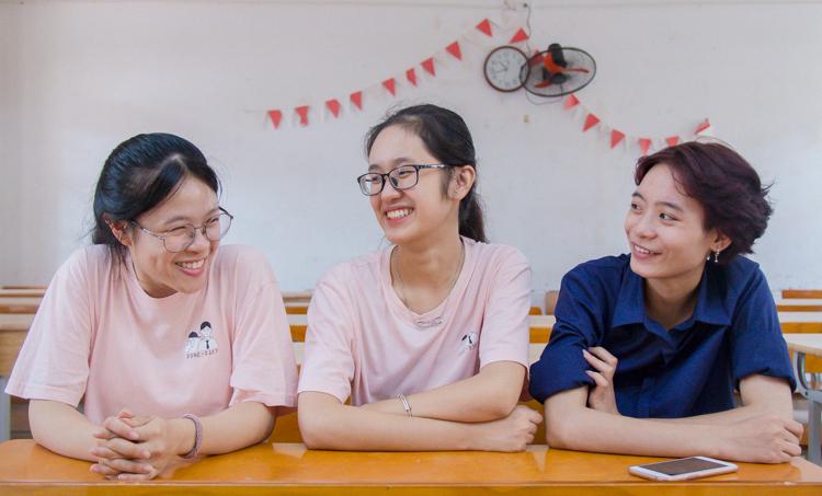 Hồng Loan (bên trái) và Ngọc Huyền (ở giữa) trong ngày thay đổi nguyện vọng xét tuyển đại học, cao đẳng 2019. Ảnh: Thanh Hằng