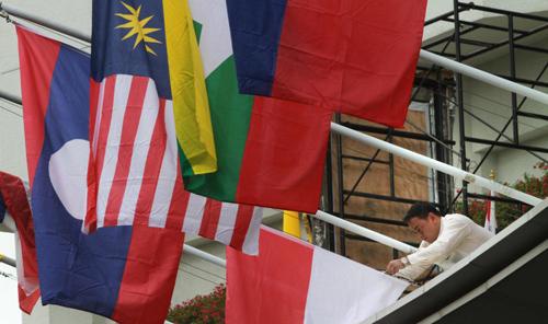 Cờ các nước ASEAN được treo bên ngoài Trung tâm Hội nghị Bangkok, Thái Lan hôm nay. Ảnh: Bangkok Post.