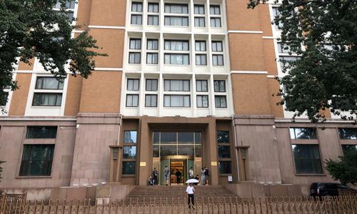 Bên ngoài Trung tâm Thông tin Nhà nước ở Bắc Kinh, nơi đang diễn ra buổi họp báo của HKMAO. Ảnh: SCMP.
