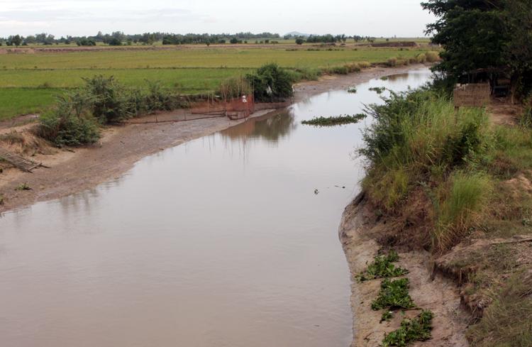 Kênh nội đồng ở huyện An Phú, tỉnh An Giang cạn kiệt nước ngay trong mùa lũ. Ảnh: An Phú