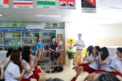 Nguyễn Duy Hải Đăng (áo đen) giao lưu cùng học sinh khối 12 Asian School.