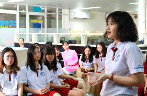 Nhiều câu hỏi liên quan đến học tập, kinh nghiệm để thích ứng với môi trường ở nước ngoài... đã được các bạn học sinh gửi đến cựu học sinh Hải Đăng trong buổi giao lưu.