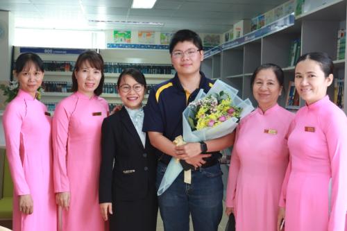 Hải Đăng chụp ảnh kỷ niệm cùng thầy cô của trường.