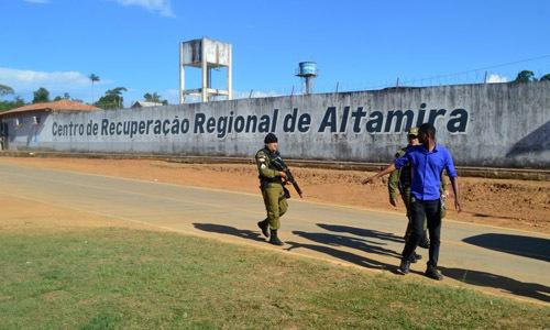 Cảnh sát tuần tra trước nhà tù ở thành phố Altamira, Brazil hôm 29/7 sau vụ đụng độ băng đảng. Ảnh: Reuters.
