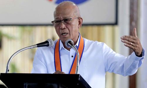 Bộ trưởng Quốc phòng Philippines Delfin Lorenzana phát biểu tại thủ đô Manila hôm 25/7. Ảnh: AP.