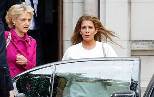 Công chúa Haya (áo trắng) và luật sư rời khỏi tòa án London sau cuộc điều trần hôm 30/7. Ảnh: AFP