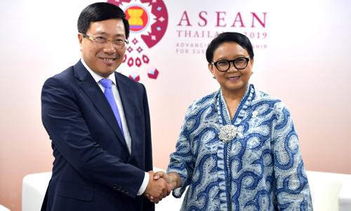 Phó Thủ tướng, Bộ trưởng Ngoại giao Phạm Bình Minh bắt tay Ngoại trưởng Indonesia Retno Marsurdi tại Bangkok, Thái Lan hôm qua. Ảnh: Bộ Ngoại giao.