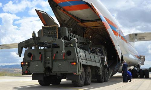 Xe gắp đạn thuộc tổ hợp S-400 tại sân bay quân sự Thổ Nhĩ Kỳ hôm 12/7. Ảnh: Twitter.