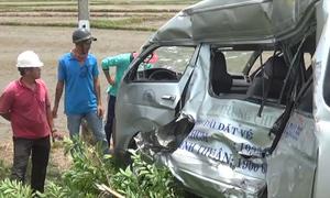 Ôtô biến dạng sau khi bị tàu hỏa kéo lê 200 m ở Bình Thuận