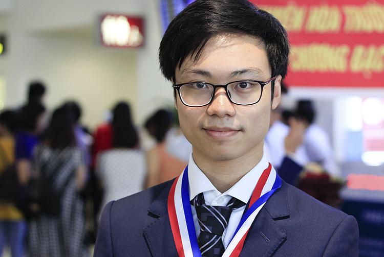 Trần Bá Tân trở về Việt Nam sáng 31/7 sau cuộc thi Olympic Hóa học quốc tế. Ảnh: Dương Tâm